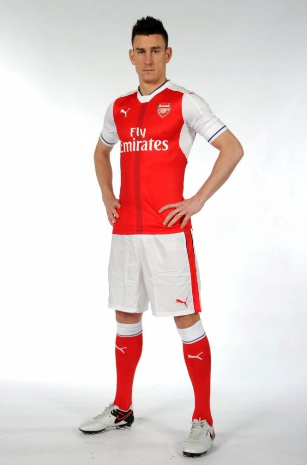 Zagueiro Laurent Koscielny no novo uniforme. Foto  Divulgação  Arsenal ad207eb620c33