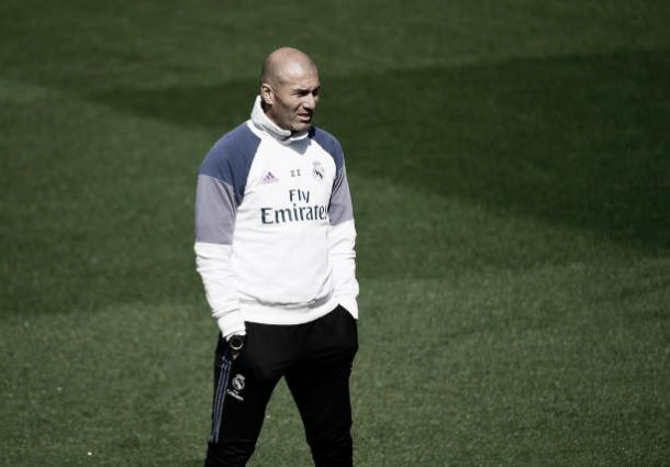 Decisão atrás de decisão para Zinedine Zidane (Foto: Pierre-Phelippe Marcou/Getty Images)