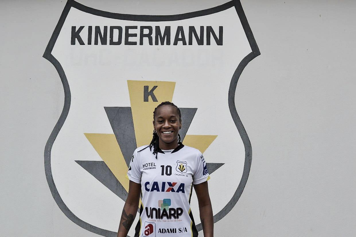 """Goleira Luiza Jesus comemora acerto com Kindermann: """"Estou realizando mais um sonho"""""""