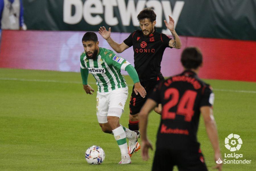 Fekir en conducción acosado por Silva | Foto: La Liga