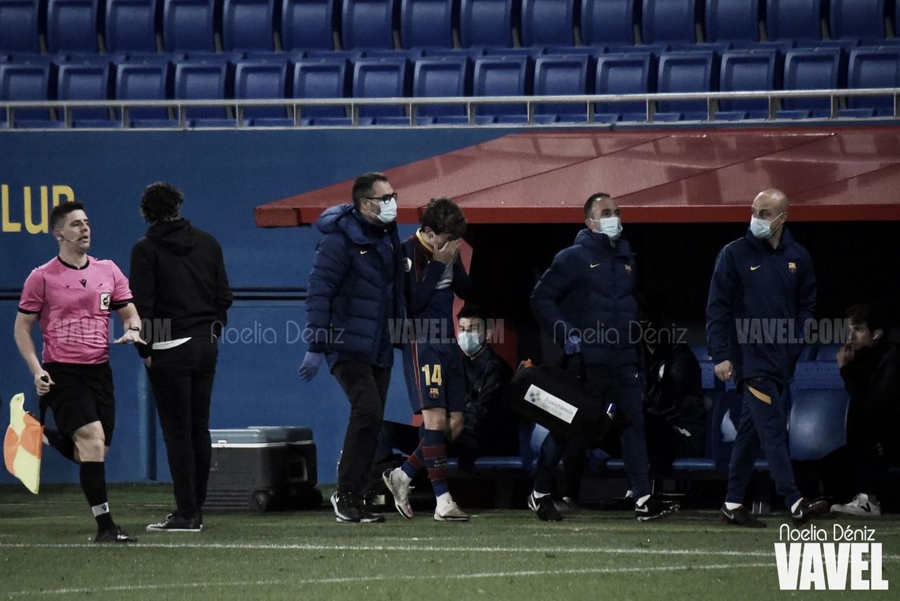 Sergi Rosanas abandonando el terreno de juego entre lágrimasante la Unió Esportiva Olot, correspondiente a la jornada 13 de la Segunda División B por lesión | Foto de Noelia Déniz, VAVEL