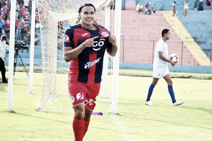 "Ex-carrasco do Flamengo, Carlos ""Gullit"" Peña se destaca no futebol de El Salvador"