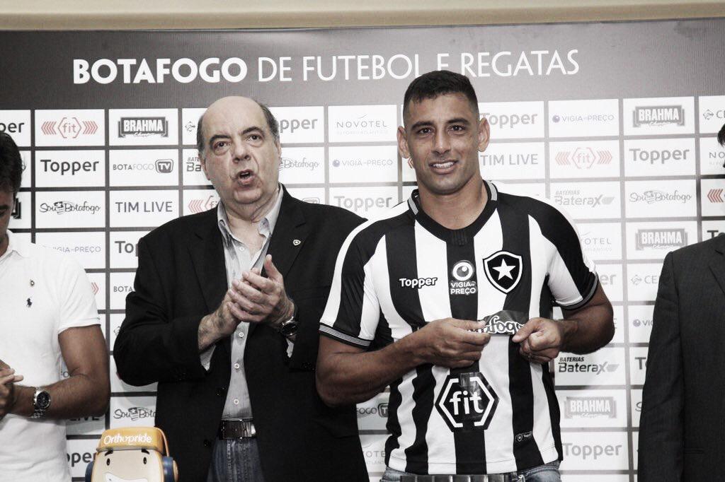 """Apresentado, Diego Souza rasga elogios ao Botafogo e afirma: """"Pedi para vestir essa camisa"""""""
