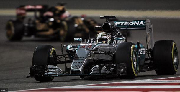 Hamilton conquista pole no Bahrain