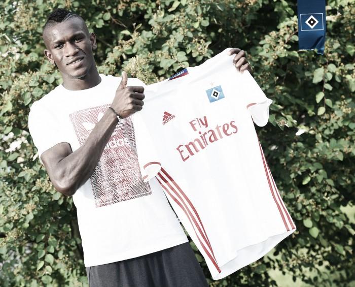 Refugiado da Gâmbia, jovem Bakery Jatta assina contrato profissional com o Hamburgo