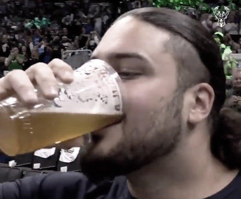 David Bakhtiari se torna atração nas finais da NBA por virar cerveja a cada jogo do Bucks em casa
