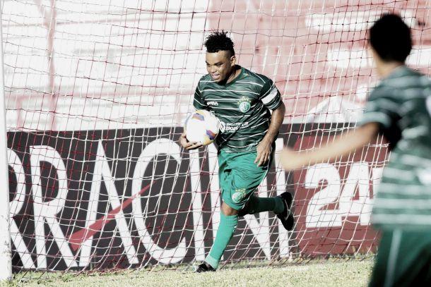 Com gol do folclórico Carlinhos Bala, América vence Ypiranga e sai da lanterna do Pernambucano