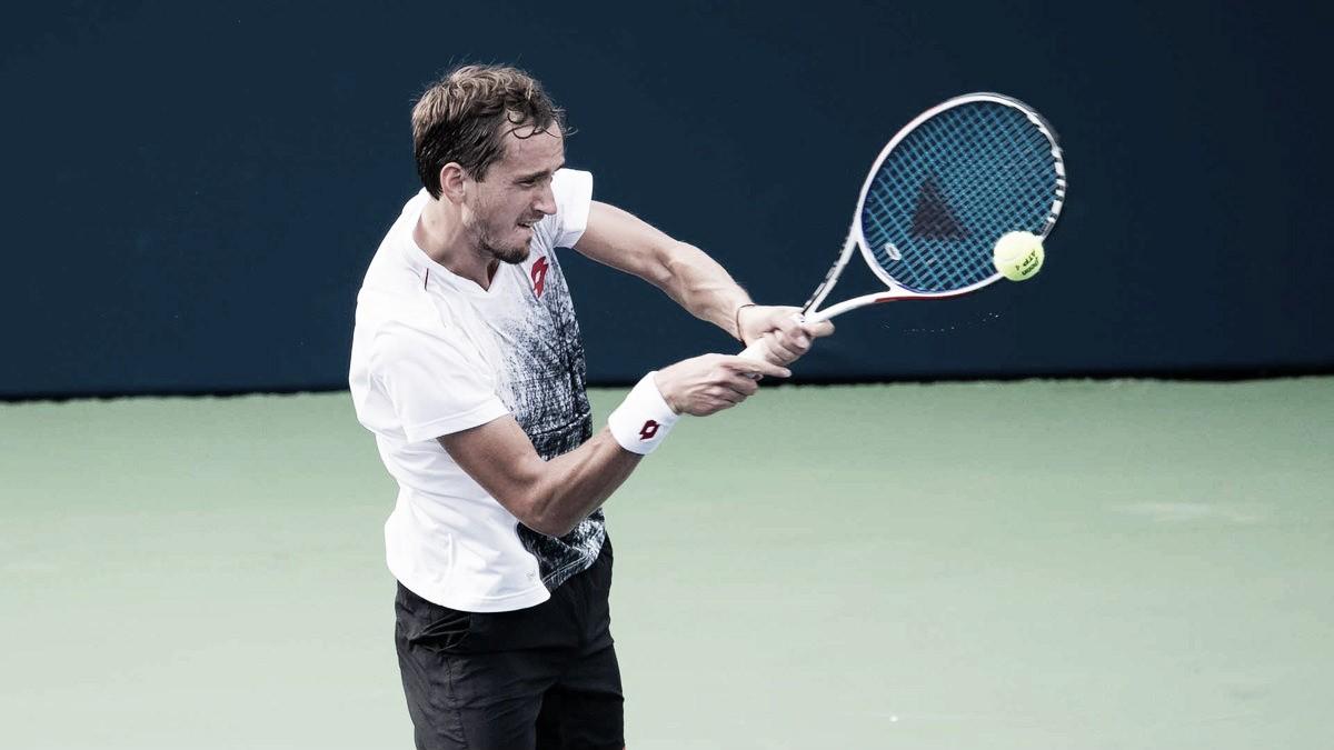 """Medvedev nega conflito após vitória contra Tsitsipas, mas conta: """"Me bloqueou no Instagram"""""""