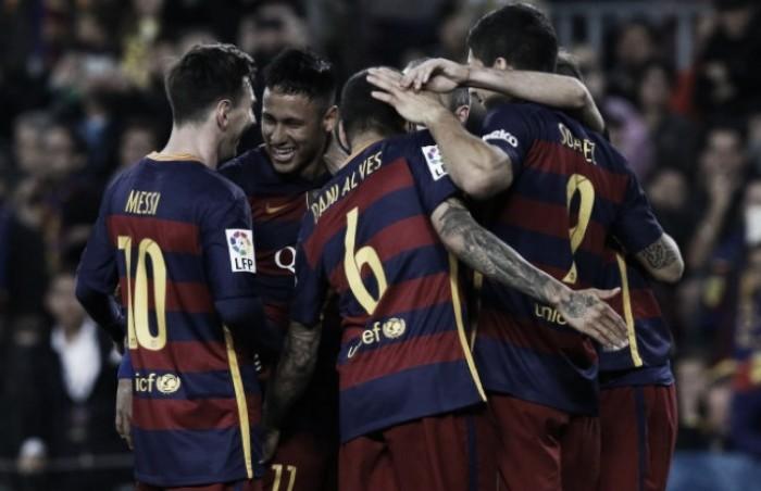 Suárez marca quatro, Barcelona goleia Gijón em jogo polêmico e segue líder do Espanhol