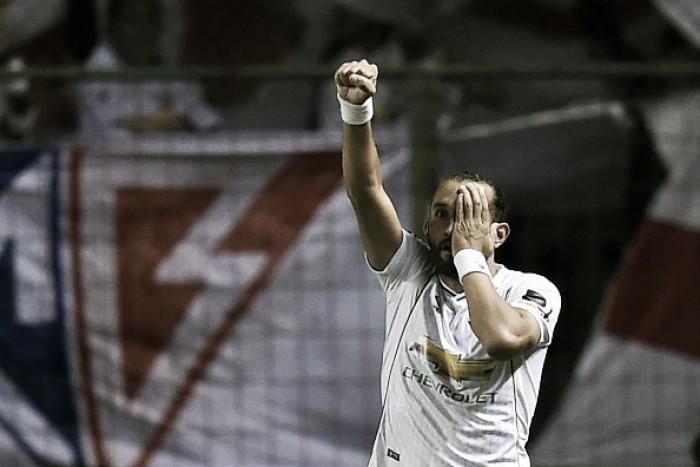 Sondado por Botafogo, Santos e Vasco, atacante Hernán Barcos renova com LDU