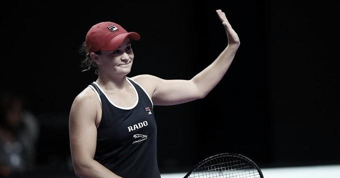 Barty vira contra Bencic e estreia com vitória no WTA Finals