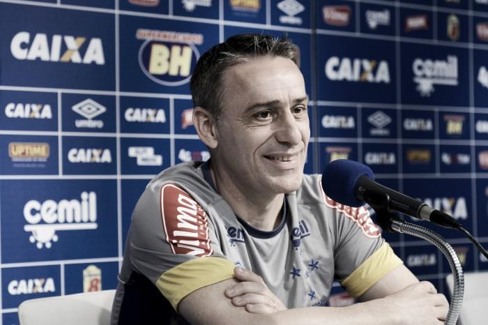 Paulo Bento tem conversa secreta com jogadores e ganha Robinho e Riascos como opções