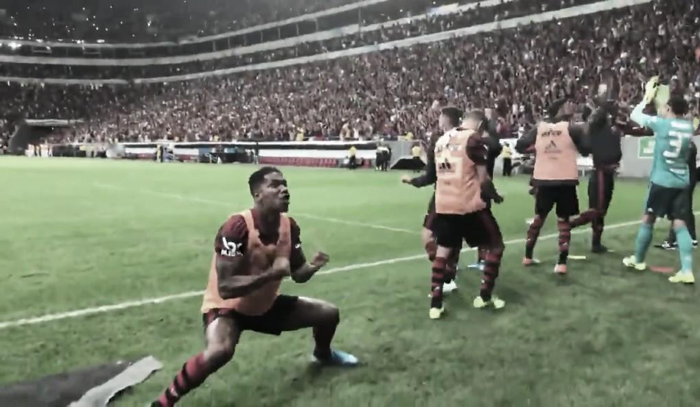 Vibração de Berrío na beira do gramado em pênalti defendido por Diego Alves chama atenção