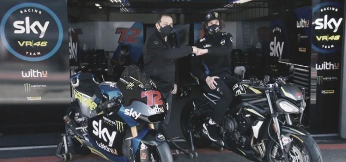 Marco Bezzecchi recibiendo su premio, una Triumph Street Triple RS. Foto: motogp.com