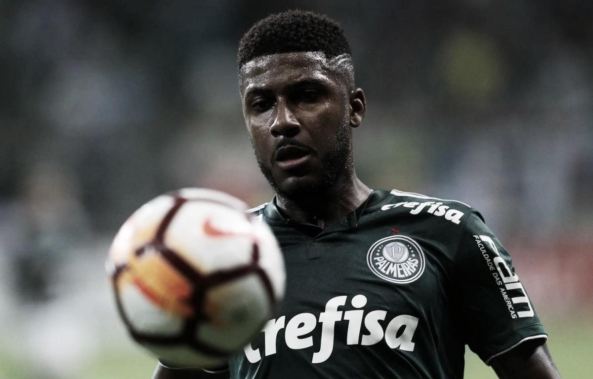 Emerson Santos chega a Porto Alegre para assinar contrato com Internacional