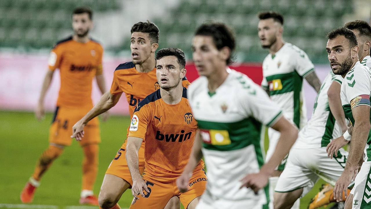 Los futbolistas del Valencia CF se preparan para atacar un córner | Foto: Valencia CF