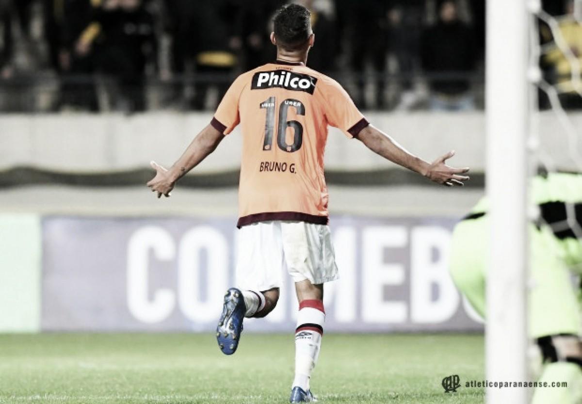 Bruno Guimarães cumpre profecia da mãe na goleada do Atlético-PR sobre Peñarol