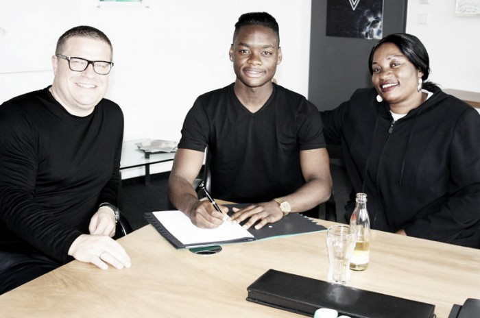 Simakala signs professional terms with Gladbach