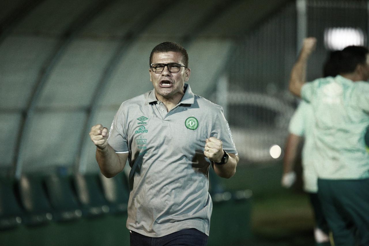 """Finalista com Chapecoense, Louzer exalta elenco unido: """"Compraram a ideia"""""""