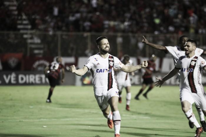 Diego marca no fim, Flamengo vira sobre Vitória e garante vaga na fase de grupos da Libertadores