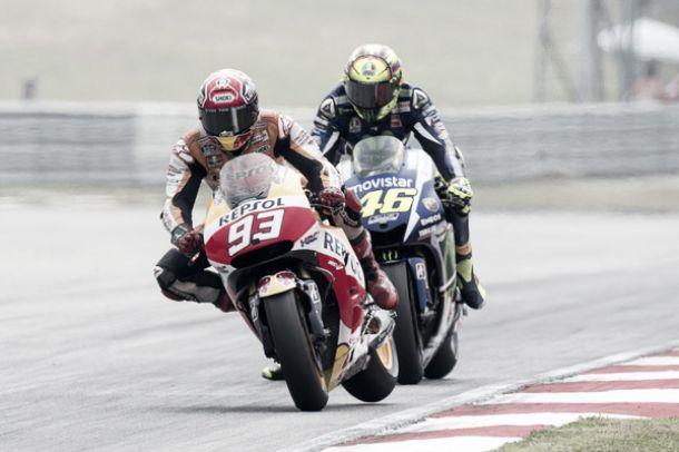 """Rossi: """"Marquez voleva farmi perdere e ci è riuscito"""", la replica: """"Ci giochiamo la vita"""""""