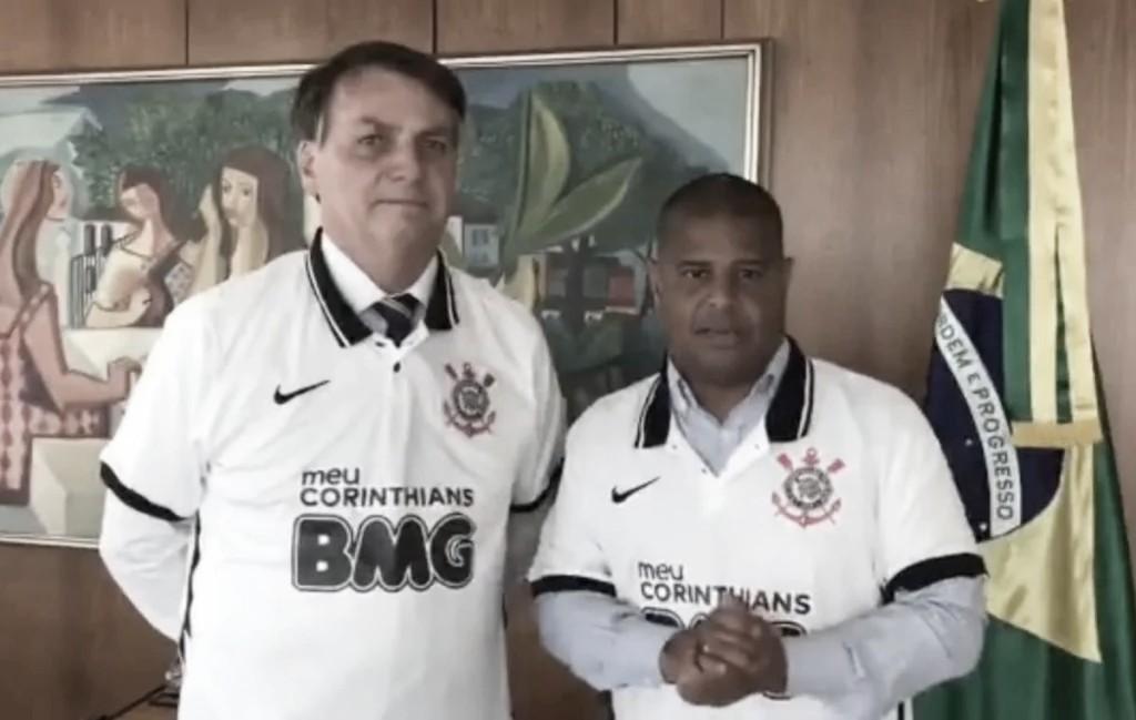 Corinthians e BMG afirmam não ter ligação com entrega de camisa de Marcelinho a Bolsonaro