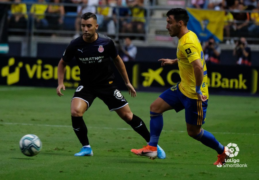Borja García, intentando dar el último pase a la espalda de Stuani, que nunca llegó.| Fotografía: LaLiga