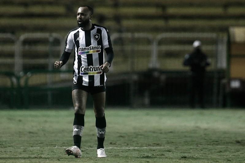 Com gol inusitado, Botafogo destrava jogo truncado com Vitória e volta a vencer na Série B