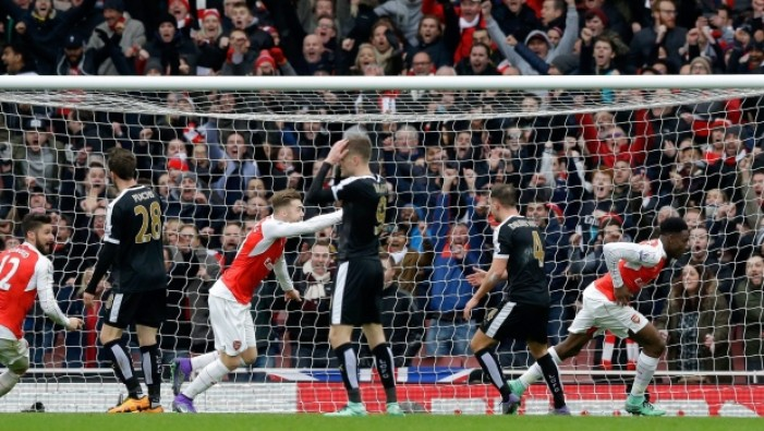 Welbeck all'ultimo respiro tiene in vita l'Arsenal: battuto 2-1 il Leicester