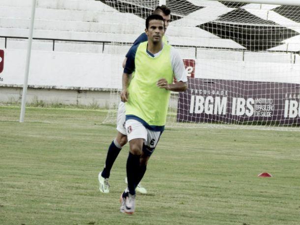 Bruno Mineiro é dúvida no Santa Cruz para jogo com América-MG apesar de exame descartar lesão