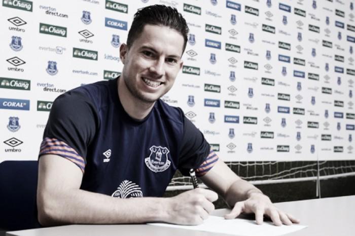 Bryan Oviedo signs new Everton contract