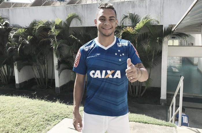 """Bryan passa por exames médicos na Toca II e exalta acerto com Cruzeiro: """"Gratificante"""""""