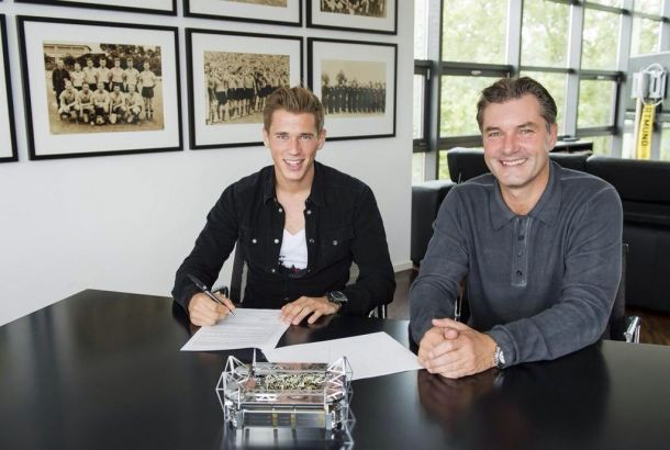 Dortmund's Erik Durm extends until 2019