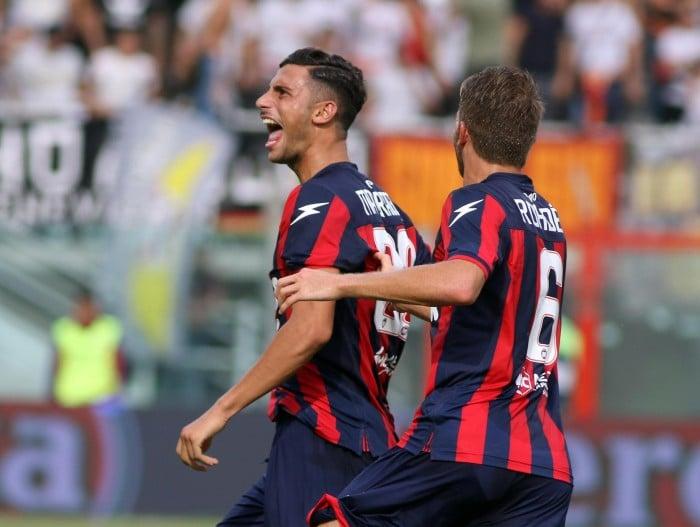 Serie A - Il Crotone batte il Benevento e conquista la prima vittoria stagionale (2-0)