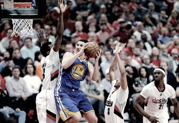 Warriors vencem Blazers fora de casa e se aproximam da classificação nos playoffs