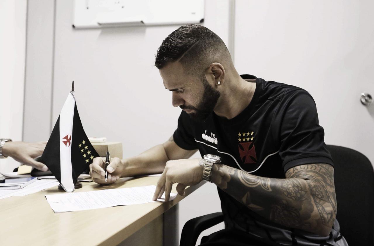 Leandro Castan estende contrato com o Vasco por mais três anos