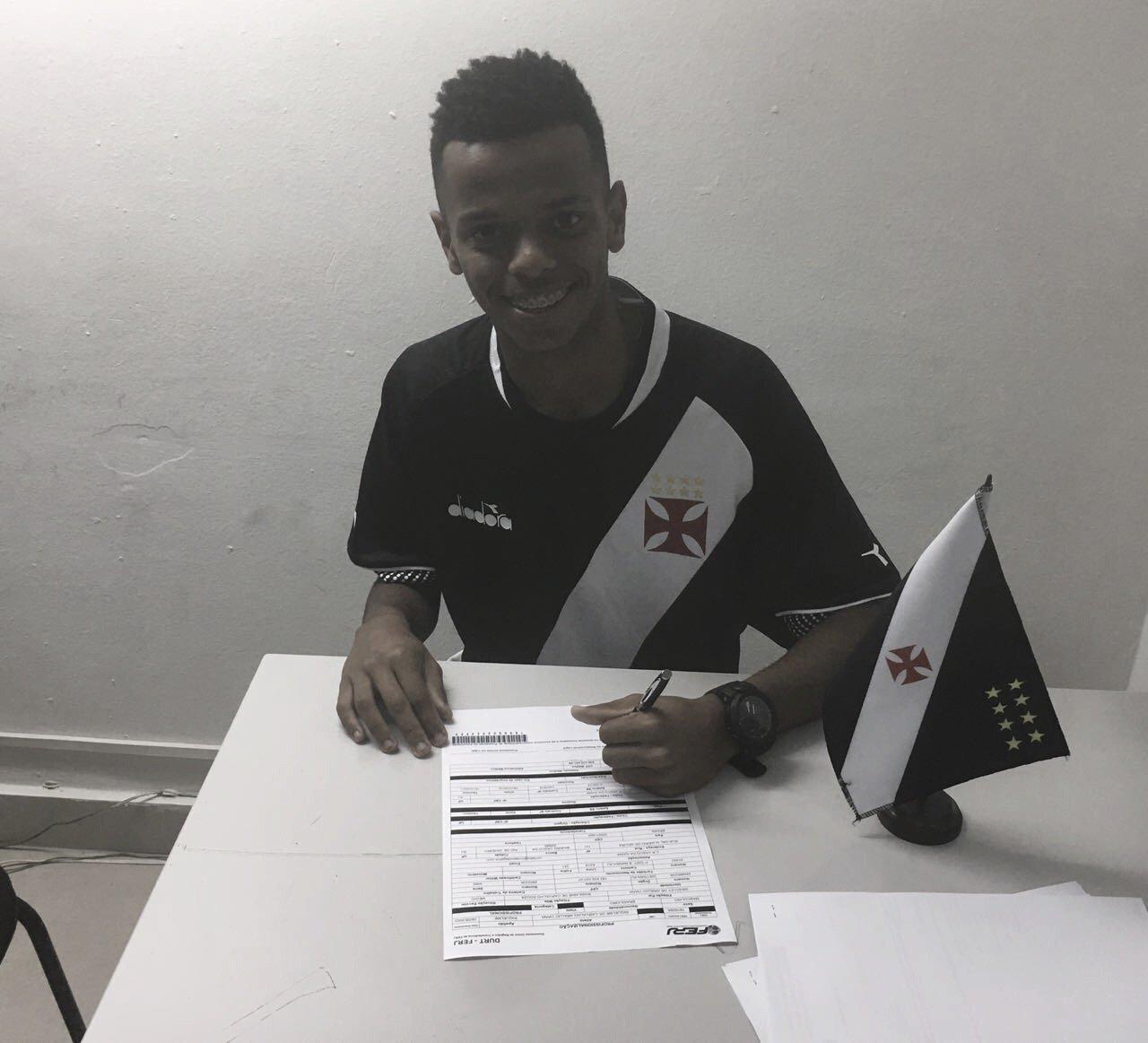 Destaque da base, lateral Riquelme assina primeiro contrato profissional com Vasco