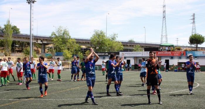 Jugadores del CD Móstoles URJC agradeciendo a su afición el desplazamiento a La Canaleja. Fuente: CD Móstoles URJC.