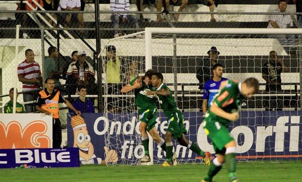 Chapecoense vence em Arapiraca e segue na liderança da Série B