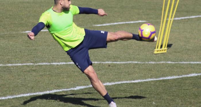 Fede Vico golpea el balón durante un entrenamiento. Foto: Óscar Yeste