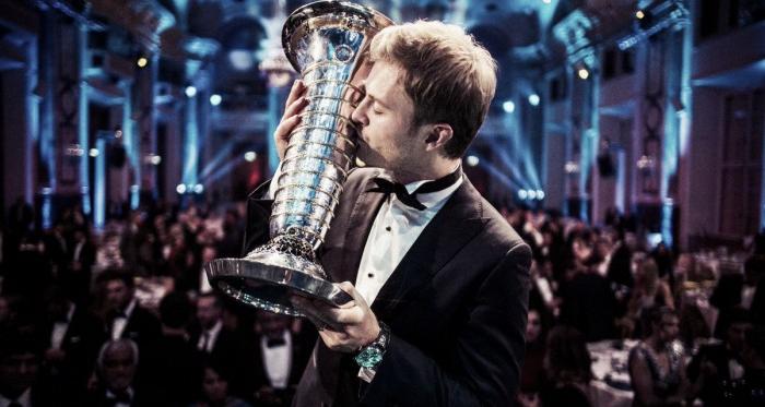 Rosberg besando el trofeo en la gala de la FIA | Foto: Fórmula 1