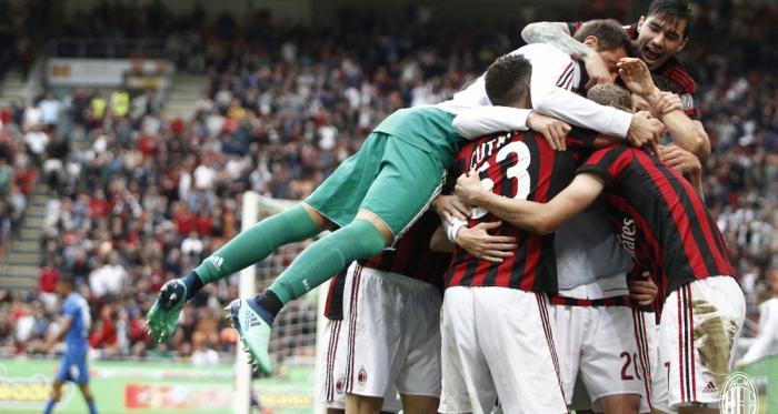 I festeggiamenti rossoneri dopo il quinto gol di oggi.   AC Milan, Twitter.