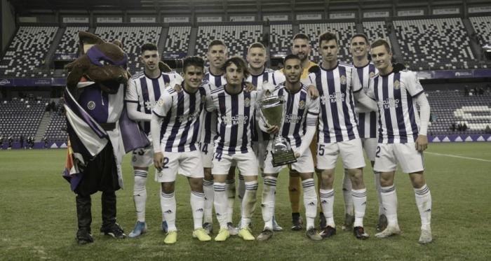 Los jugadores del Real Valladolid posan con el trofeo después del encuentro / REAL VALLADOLID