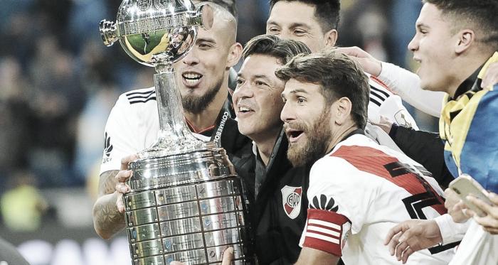 Maidana, Ponzio y Gallardo levantando el trofeo máximo de la historia en Madrid (Foto: River Plate Oficial).