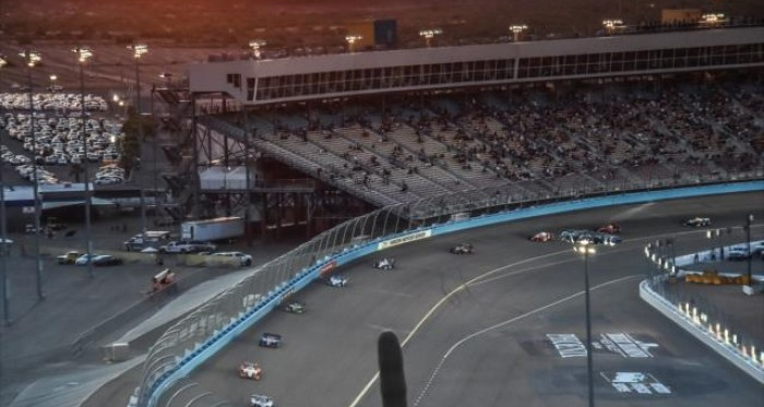 Racing in twilight at Phoenix | Photo: Chris Owens / INDYCAR