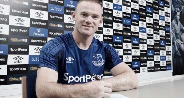 Rooney firmando su nuevo contrato. Foto: Everton