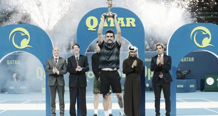 Bautista levantando el troifeo, con la comitiva de fondo | Foto: ATP 250 de Doha