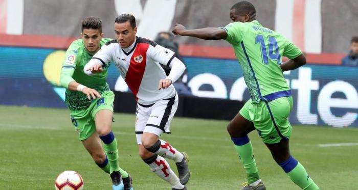 Raúl De Tomás se lleva el balón en un lance del partido | Fotografía: LaLiga