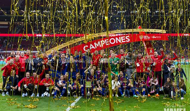 Los jugadores del Barça levantando la última Copa del Rey | Foto: Noelia Déniz (VAVEL)