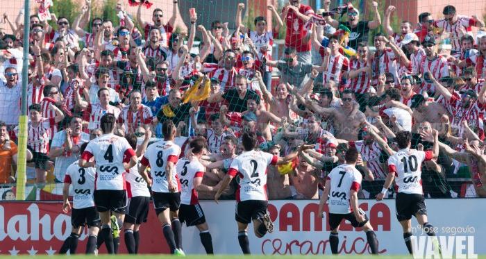 Los jugadores de la UD Logroñés celebran con su afición un gol | Foto: Mª José Segovia - VAVEL.